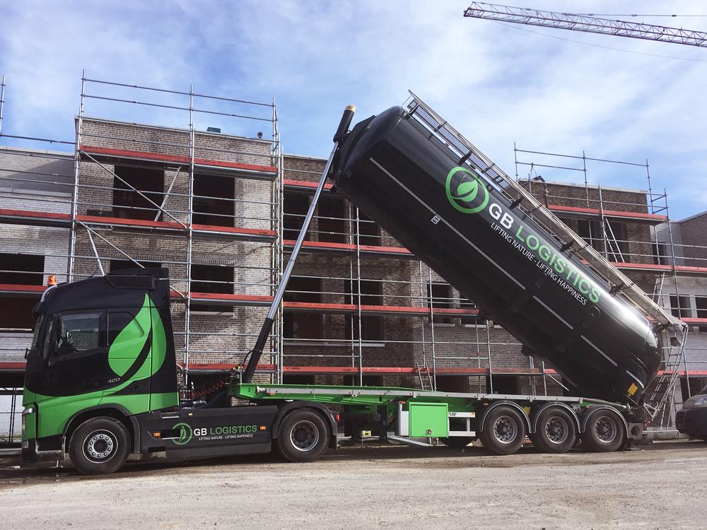 GB-Logistics-pompwagen-vrachtwagen-opspuiten-van-grond-huren-Brugge-Vlaanderen