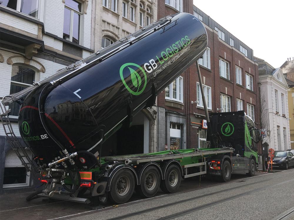 GB-Logistics-pompwagen-vrachtwagen-opspuiten-van-grond-huren-Brugge-St-Andries