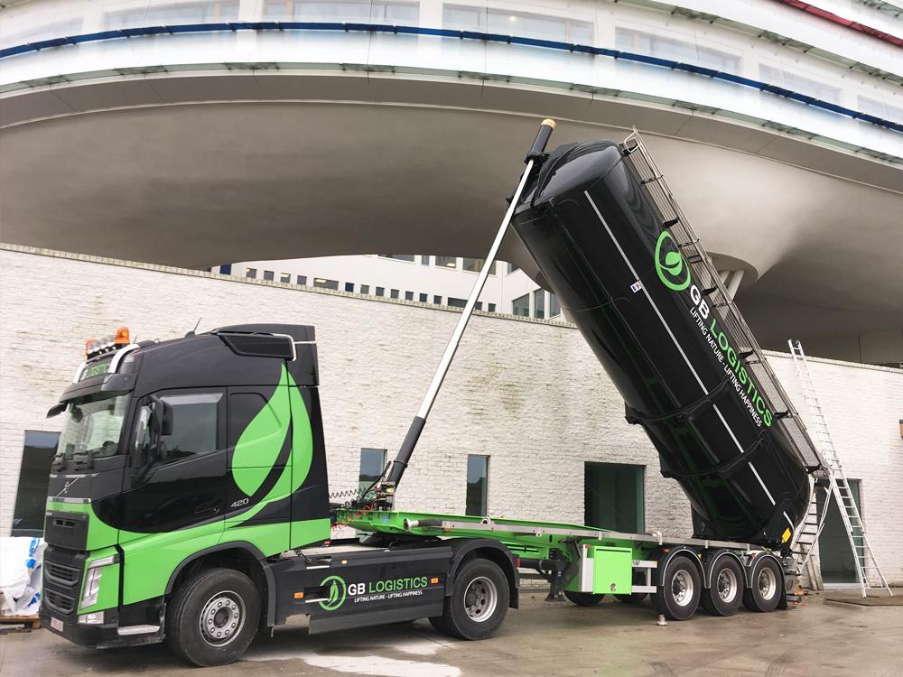 GB-Logistics-pompwagen-vrachtwagen-opspuiten-van-grind-huren-Brugge