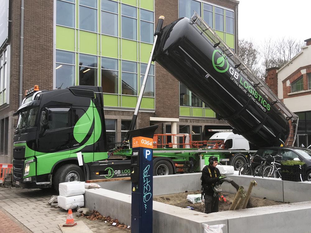 GB-Logistics-pompwagen-vrachtwagen-opspuiten-van-zand-huren-Brugge-Vlaanderen-wagen-4