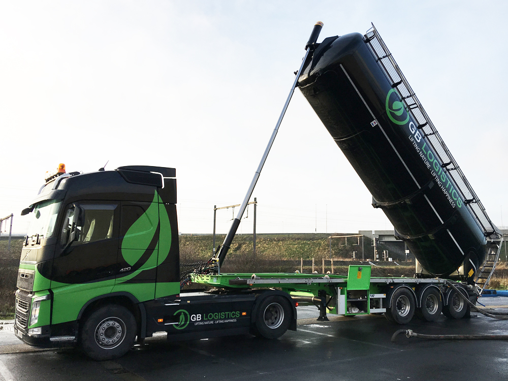 GB-Logistics-pompwagen-vrachtwagen-opspuiten-van-stenen-huren-Brugge-Vlaanderen