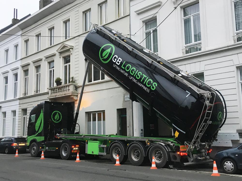 GB-Logistics-pompwagen-vrachtwagen-opspuiten-grond-huren-Brugge-Vlaanderen